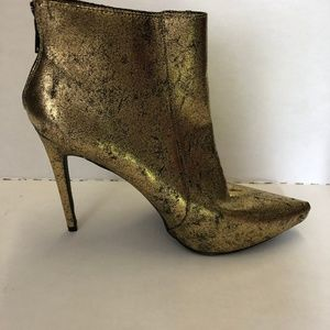 Scene Women's Gold Zippered Ankle Booties